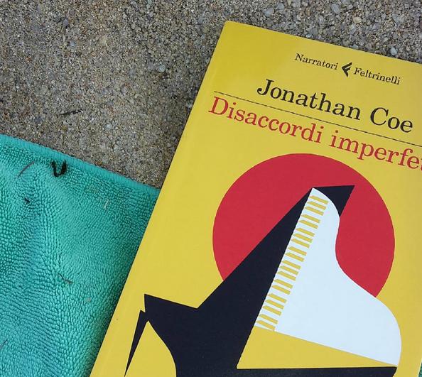 La mia copia, in spiaggia.. Quanto è bello leggere al mare? :-)